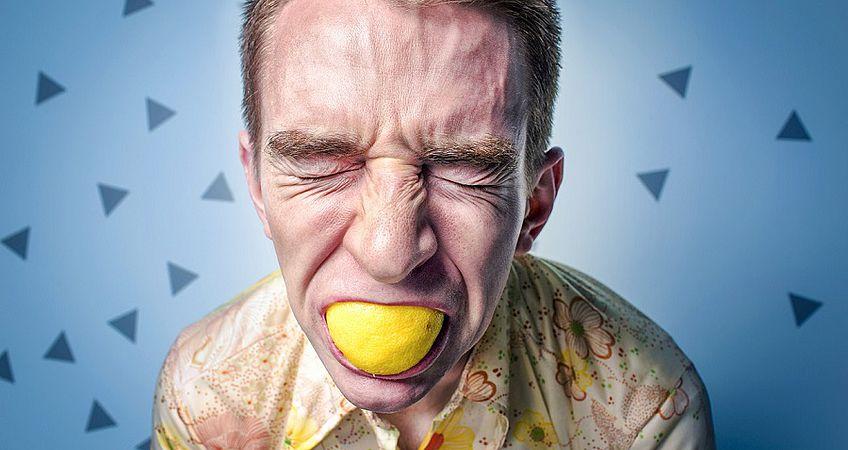 Неприятный запах изо рта: что делать и как избавиться